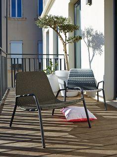 Fauteuil bas empilable bleu Bleu - Brad - Les fauteuils de jardin ...
