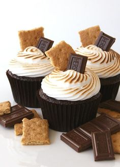 Smores cupcakes.... like the way the tops of these are decorated, but I'm adding the graham crackers INSIDE my cupcakes!