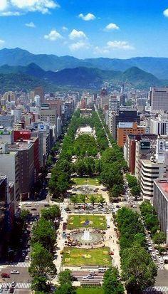 Odori Park 子供の頃、道に迷ったら山を見なさい、そっちが西だから、と母に教わった。今は山も良く見えない。