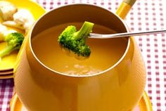 Beer Cheese Fondue Recipe Beer Cheese Fondue, Crock Pot Dips, Fondue Party, Cheese Recipes, Meat Recipes, Snack Recipes, Retro Recipes, Pretzels, Yummy Appetizers