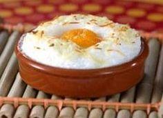 Cómo hacer Huevos al horno. Primero ponemos el horno a 200º. A continuación separamos las claras de las yemas y ponemos las claras en un bol. Con ayuda de Tapas, Mashed Potatoes, Easy Meals, Easy Recipes, Brunch, Eggs, Pudding, Bread, Dinner