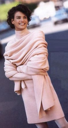 Linda Evangelista in a Anne Klein ad. Talk about timeless, classic fashion! The outfit is stunning! Pink Fashion, Love Fashion, Winter Fashion, Vintage Fashion, Fashion Outfits, Womens Fashion, Classic Fashion, Dress Fashion, Fashion 2020