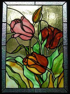 Tulipani questo pannello di vetro colorato è circa 12-1/4 x 17-1/4. Con loro varia tonalità di rosso, rosa e oro, questi tulipani abbastanza scoppiano con colori lussureggianti. Il pannello è realizzato con stile Tiffany lamina di rame e ha una cornice di canale di zinco in un colore scuro e peltro. Si prega di notare che questo pannello, compreso il bordo del vetro, è in realtà un rettangolo. Nella foto, la forma appare distorta a causa dellangolo a cui la foto è stata scattata. Io mestiere…