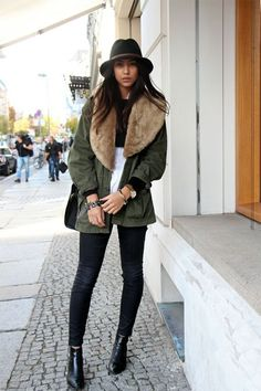 Parka is the perfect outerwear for the cold fall and winter days, because it will keep you warm and at the same time give you a stylish look. Best Winter Jackets, Fur Trim Coat, Berlin Fashion, Cold Weather Fashion, Checked Blazer, Green Jacket, Khaki Jacket, Autumn Winter Fashion, Fall Fashion