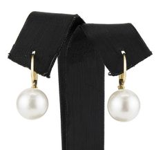 Yellow gold earrings, with Australian South Sea pearls measuring 10 mm.