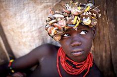 Vele stammen in Ethiopië gebruiken zo wat alles wat ze kunnen vinden als een middel om zichzelf mooier te maken. Bij de Dassanetch stam is het een gewoonte om de dopsels van frisdrank- of bierflesjes te gebruiken als deel van hun hoofddeksel. Door communitylid StevenG - NG FotoCommunity ©