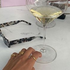 Image discovered by 𝒴. Find images and videos about fashion, aesthetic and accessories on We Heart It - the app to get lost in what you love. Foto Fun, Jaba, Champagne, Jewelry Accessories, Bling, Fancy, Unisex, Jewels, Gossip Girl