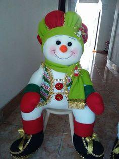 Muñeco sentado Christmas Ornament Crafts, Snowman Crafts, Christmas Crafts, Dinosaur Stuffed Animal, Santa, Animals, Christmas Ornaments, Painting On Fabric, Christmas Decor