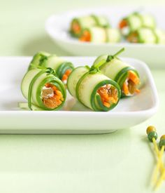 Love this recipe for making mini veggie sushi using English cucumber slices as wraps and stuffing with a mixture of shredded carrots, cream cheese (or hummus) and raisins. Love how chives tied around the sushi rolls keep them tightly wrapped. Raw Food Recipes, Appetizer Recipes, Appetizers, Healthy Recipes, Sushi Vegetariano, Veggie Sushi, Sushi Sushi, Onigirazu, Healthy Snacks