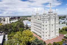 Joseph Smith, fondateur de l'Eglise mormone, a eu entre 30 et 40 femmes, dont une âgée de 14 ans. L'Eglise n'avait jamais fait de révélations de ce genre.
