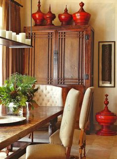 Such richness created in this dining space using those red urns to decorate.