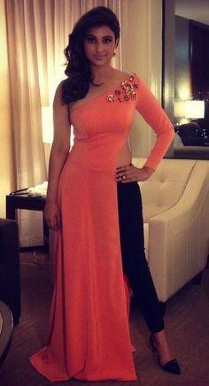 Parineeti Chopra and Vaani Kapoor walked the green carpet at the IIFA Awards night held at Tampa Bay, Florida. Dress Indian Style, Indian Dresses, Indian Wear, Indian Outfits, Indian Fashion Trends, Indian Designer Outfits, Designer Dresses, Indian Bollywood, Bollywood Fashion