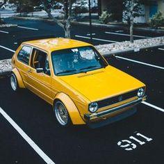 Volkswagen Golf mit verbreitete Kotflügel in Gelb Golf 1, Volkswagen Golf Mk1, Scirocco Volkswagen, Jetta Mk1, Renault Nissan, Bbs, Kdf Wagen, Vw Cars, Retro Cars