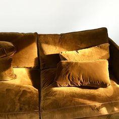 Entre velours mordoré et volume ultra confortable, ce canapé invite à la paresse...
