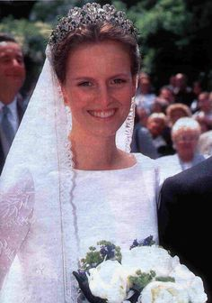 Filipa, Princess Sayn Wittgenstein Sayn wed Count Vittorio Mazzetti d'Albertis on 10 June 2001, wearing an intricate tiara with mutliple diamond motifs.