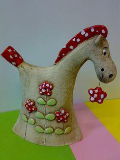 Koníček+Kubíček+Soška+koníčka+Kubíčka...Kubíček+má+rád+kytičky....Běžel+po+louce+a+jednu+si+musel+utrhnout...a+už+jí+nedá+z+tlamičky:-))+9.5+x+17.5+cm Pottery Animals, Wooden Horse, Gourd Art, Ceramic Design, Clay Crafts, Gourds, Animals And Pets, Sculpture Art, Folk Art