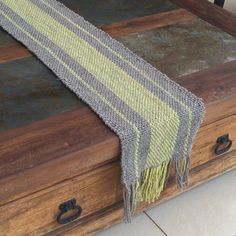 Realizados en telar con lana pura de oveja, lisos o con detalles. Decoración artesanal para tus ambientes. Loom Weaving, Hand Weaving, Weaving Projects, Tear, Fiber Art, Macrame, Shawl, Projects To Try, Tapestry