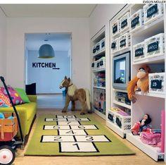 Recortes de MDF pintados com tinta para lousa foram presos a caixas plásticas. Utilize-os para identificar os brinquedos das crianças ou quaisquer outros objetos, como fez a arquiteta Valéria Blay em sua casa.