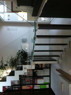 L'eleganza del vetro, la lucentezza del bianco: la scala diventa un complemento d'arredo di gran classe