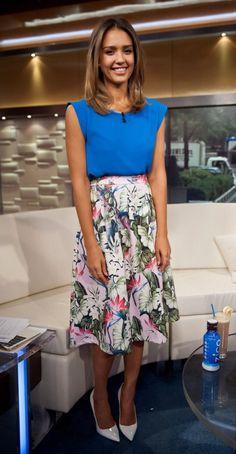 Trouxe um look lindo, romântico e prático da Jessica Alba, para vocês se espelharem!  É uma combinação bem chique de blusa azul, saia midi floral e scarpin. Para trabalhar ou para outras ocasiões pouco formais. Adorei as cores!