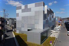 2009年度グッドデザイン賞を受賞した工場兼事務所を22枚の写真と建築データで紹介。縦横ランダムに配されたルーバーが光の陰影によりリズミカルな模様をつくり出す