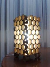 Luminária com tubos de PVC ou papelão.