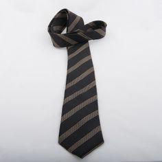 Cravate en soie mélangée noire à rayures écrues EMPORIO ARMANI. Largeur de 8 cm. Prix public : 75 euros  Prix Vie de Penderie : 29 euros !  Pour la shopper : http://www.viedependerie.com/hommes/1717-cravate-emporio-armani-rayee.html