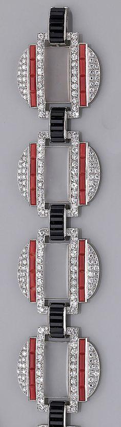 Pulsera de diamantes, coral, ónix, y e cristal de roca diseñado como cinco enlaces circulares, cada uno centrado de un panel rectangular de cristal de roca helada bordeada por ronda diamantes talla brillante y coral, cada uno separado por un enlace de arco de ónix montado en platino; estilo Art Deco
