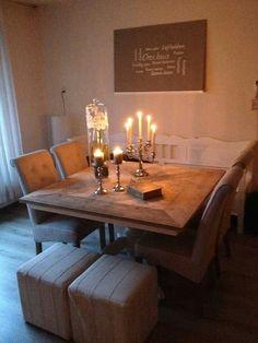 Een bankje, stoelen en een poef aan de eettafel = geweldig/wil ik ook!