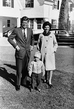 Presidential candidate John F. Kennedy in Hyannisport, Massachusetts with wife Jackie and daughter Caroline on election day. Jacqueline Kennedy Onassis, Estilo Jackie Kennedy, Mrs Kennedy, Jaqueline Kennedy, Caroline Kennedy, Queen Victoria Family Tree, Kennedy Compound, Costume Gris, Jfk Jr