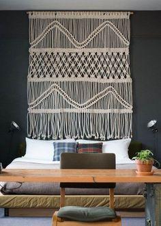 30 idées pour décorer ses murs - Broderie XXL pour une tête de lit inédite. © Pinterest Apartment Therapy