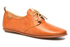 Pikolinos crée des chaussures de qualité avec de la personnalité. Leur fabrication artisanale à partir de cuirs naturels et résistants leur confère un design exclusif, des couleurs caractéristiques et un confort appréciable. La marque Pikolinos utilise la ...