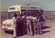 Un grupo de hombres que disfrutando un helado en Inglaterra en 1971.
