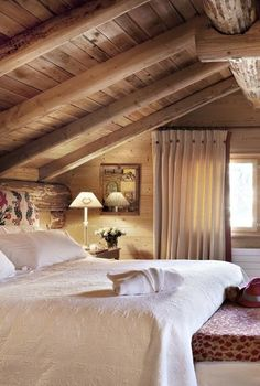 Mountain chalet atmosphere - Trendy Home Decorations - cottage bedroom Chalet Design, Chalet Style, Cabin Homes, Log Homes, Attic Renovation, Cabins And Cottages, Cabin Interiors, Trendy Home, Beautiful Bedrooms