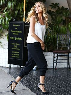Kristin Cavallari in black pants, flowy white sleeveless shirt, and black Chinese Laundry heels with ankle straps. Jogger Pants Outfit Dressy, Black Jogger Pants, Black Pants, Kristin Cavallari, Style Beyonce, Casual Outfits, Cute Outfits, Sexy Outfits, Street Style