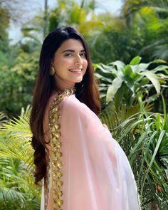 Nimrat Khaira Wiki/Biography: Nimratpal Kaur Khaira is a Punjabi singer, writer, and actress who came into the spotlight after singing. Girl Photo Poses, Girl Photography Poses, Nimrat Khaira Suits, Girl Pictures, Girl Photos, Punjabi Girls, Punjabi Suits, Punjabi Dress, Indian Designer Suits