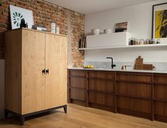 Compact kitchen in walnut and oak with Carrara countertops