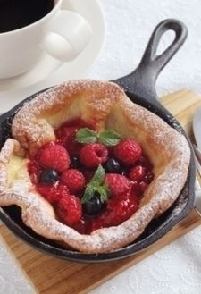 Fluffy Dutch baby with berry sauce Crepes And Waffles, Breakfast Pancakes, Breakfast Dessert, Homemade Cookies, Homemade Desserts, Puff And Pie, Cut Recipe, Waffle Cake, No Bake Snacks