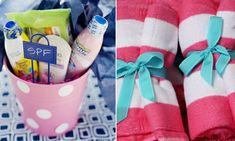 Deixe itens como toalhas e protetor solar sempre à mão. Toalhinhas também podem ser dadas de lembrancinha para os convidados