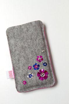 Items similar to Felt phone case for iPhone or smartphone - Grey with pink and small shiny flowers - BLING on Etsy Felt Phone Cover, Felt Case, Cell Phone Pouch, Craft Bags, Mini Purse, Felt Fabric, Felt Crafts, Bling Bling, Smartphone