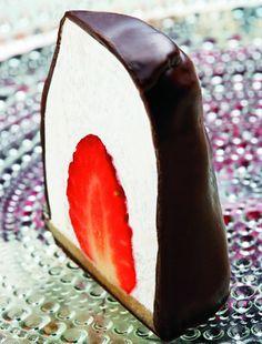 Grand Cru Flødebollen med jordbær. Tip: Lad være at bruge tid på at rulle marcipanen ud, skær den i skiver direkte fra pakken.