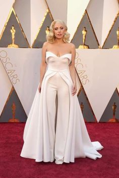 3 -Maravillosa en color blanco y muy original Lady Gaga con un mono con falda sobrepuesta de Brandon Ma...