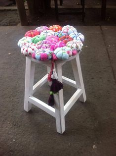 Manualidad con tela y madera Decopage Furniture, Reupholster Furniture, Painted Furniture, Crochet Furniture, Bright Decor, How To Make Pillows, Diy Chair, Chair Covers, Crafts To Do