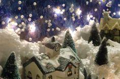 Casetta con la neve illuminata