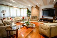 Ζεστό σπίτι με φυσικό και τεχνητό φωτισμό.