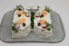 Savulohivoileipäkakku on vaihteeksi perhosen muotoinen. Napkins, Tableware, Dinnerware, Towels, Dinner Napkins, Tablewares, Dishes, Place Settings
