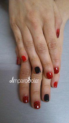 Esmalte semipermanente rojo Ferrari de Fantasy Nails y decoración con pintura acrílica negra.
