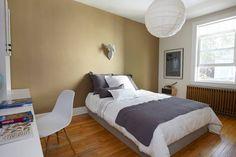 Airbnb house in Québec, Canada. $52 USD per night.   Une chambre spacieuse avec un lit queen (64$) et une 2è plus petite avec un lit simple (ajout de 40$) dans un charmant cottage anglais situé dans à 2 minutes des Plaines Abraham (jogging, promenade et pique-niques)