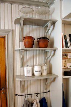 Pretty kitchen shelves by Snickeri Tallkotten, Bollnäs Swedish Kitchen, Small Farmhouse Kitchen, Old Kitchen, Country Kitchen, Vintage Kitchen, Bar Interior Design, Kitchen Shelves, Inspired Homes, Interior Design Living Room