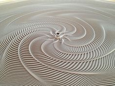 table basse originale ou machine cinétique avec un plateau en verre et motifs en sable